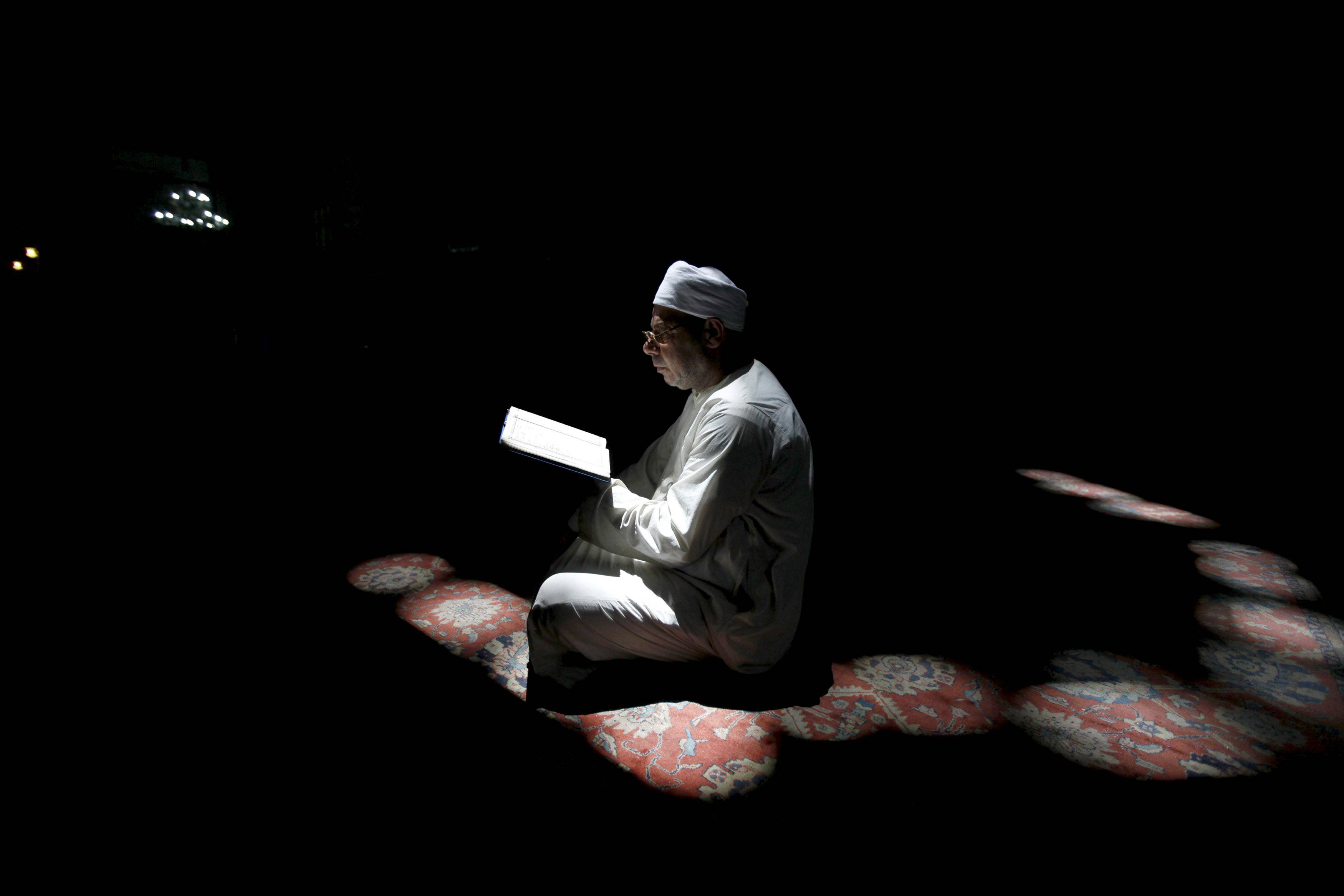Mężczyzna czyta Koran (fot. Mohamed Abd El Ghany / Reuters)