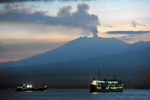 Erupcja wulkanu tuż obok turystycznego raju na Bali. Chmury pyłu paraliżują lotniska