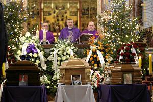 Pogrzeb rodziny policjanta z Kamienia Pomorskiego. Ca�e miasto ich �egna