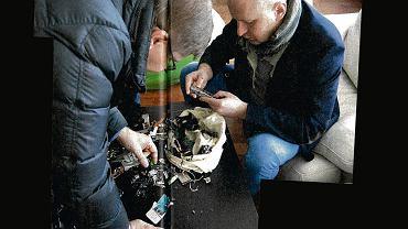'Śledczy' tygodnika 'Wprost' na tropie: Sylwester Latkowski, redaktor naczelny, i Michał Majewski, szef działu 'śledczego'. Zdjęcie z 'Wprost' nr 8, 16-22 lutego 2015 r.