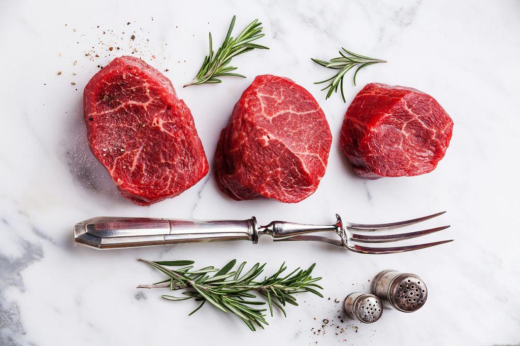 Według danych GUS, Polacy zjadają średnio 73,9 kg mięsa na osobę rocznie (fot. Lisovskaya / iStockphoto.com)