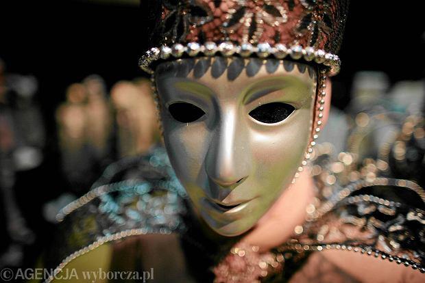 Tajemniczość przyciąga, wiedzą o tym i dzisiejsi artyści. Maska i kostium, to nie tylko przywilej superbohaterów, czy złoczyńców, ale i na nie pokazywaniu swej twarzy można zrobić karierę! Przekonali się o tym ci wykonawcy, przekonaj się sam!
