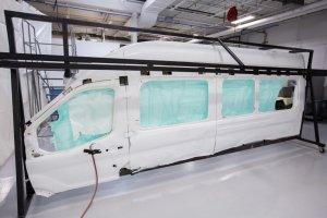 Ford Transit z wielkimi kurtynowymi poduszkami powietrznymi