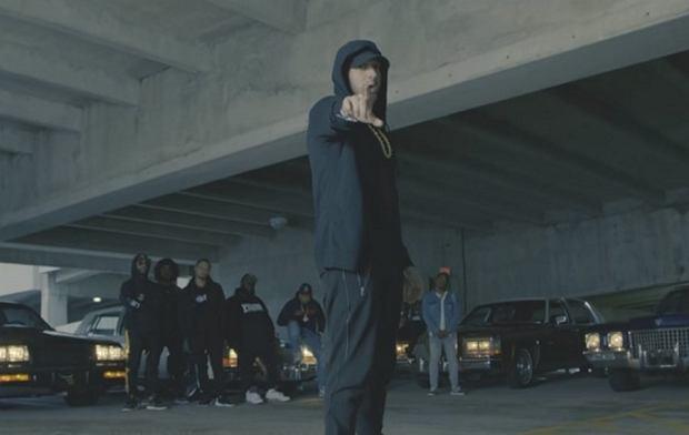 """""""Untouchable"""" to drugi singiel, promujący najnowsze wydawnictwo amerykańskiego rapera. Eminem pokazał też okładkę płyty, która z pewnością nie spodoba się prezydentowi Stanów Zjednoczonych, Donaldowi Trumpowi."""