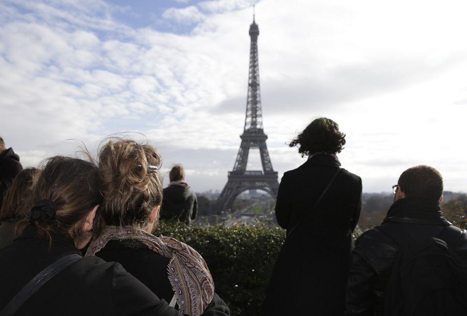 Paryż, minuta ciszy ku czci ofiar zamachów terrorystycznych na Placu Trocadero, 16 listopada 2015 r.