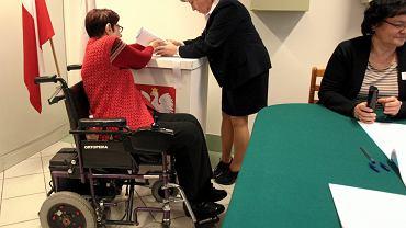 Likwidacja głosowania korespondencyjnego znacznie utrudni oddanie głosu niepełnosprawnym wyborcom. Na zdjęciu: Lublin, wybory samorządowe w 2014, Obwodowa Komisja Wyborcza nr 202 w Domu Pomocy Społecznej przy ul. Kosmonautów.