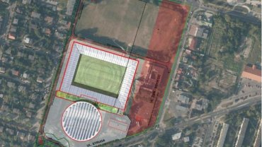Nowa koncepcja umiejscowienia hali widowiskowo-sportowej. Na czerwono zaznaczono teren, o który ubiegają się spadkobiercy dawnych właścicieli. Starosta zdecydował, że powinni odzyskać południową część tej ziemi