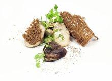 Borowiki smażone na maśle z tymiankiem i grubo kruszonym pieprzem, grzanki z chleba razowego - ugotuj