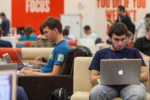 Pracownicy Facebooka pracujący na sprzęcie Appla