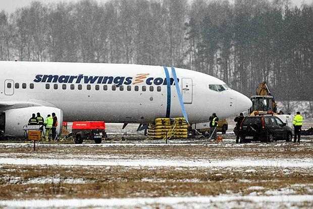Samolot, który zjechał wczoraj z pasa startowego, jest już wyciągany z grzęzawiska