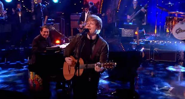"""Brytyjski wokalista wystąpił ostatnio w programie Joolsa Hollanda, gdzie, wraz z jego zespołem, wykonał jeden z największych klasyków w historii muzyki rozrywkowej. Posłuchajcie jak Ed Sheeran, poradził sobie z numerem """"Layla""""."""