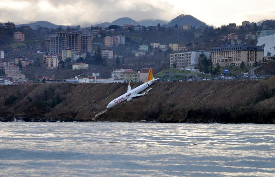 14.01.2018, Trabzon, Turcja, samolot linii Pegasus Airlines po stoczeniu się z pasa startowego.
