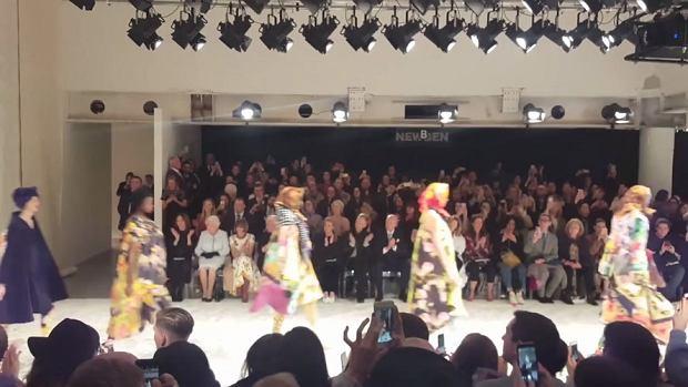 Królowa Elżbieta II po raz pierwszy uczestniczyła w pokazie mody. Monarchini pojawiła się na pokazie Richarda Quinna w ramach londyńskiego tygodnia mody.