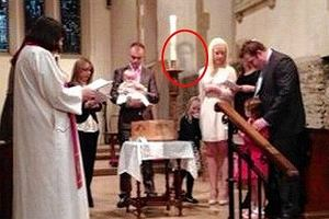 Duch w brytyjskim ko�ciele! Zmar�y dziadek pojawi� si� na chrzcie wnuczki?