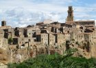Pitigliano, W�ochy. Zdj�cia Pitigliano z ko�ca XIX wieku praktycznie nie r�ni� si� niczym od tych dzisiejszych. Niewiele mo�na zmieni� w tej ciasnej, �redniowiecznej zabudowie, zawieszonej na kra�cu pot�nej wapiennej ska�y.
