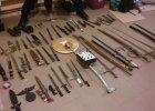 Znalazł na własnym strychu miecze, noże i karabiny [ZDJĘCIA]