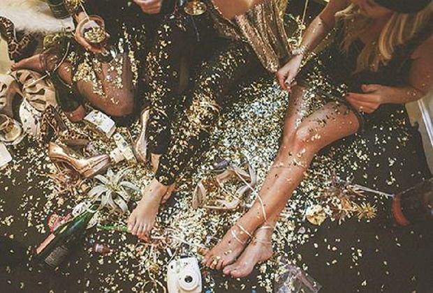 Błyszczące sukienki na karnawał: cekiny i żakard