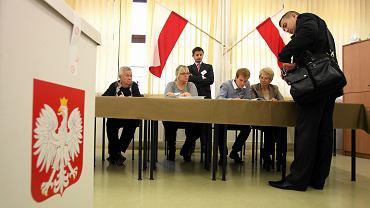 Głosowanie podczas wyborów parlamentarnych w Obwodowej Komisji Wyborczej nr 28. Lublin, 25 października 2015