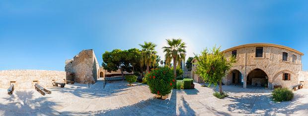 360-stopniowa panorama wnętrza średniowiecznego zamku w Larnace, fot. Kirill__M  / shutterstock.com