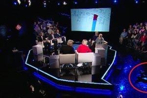 Dziennikarz Polsat News przewr�ci� si� i z�ama� nog� w programie na �ywo