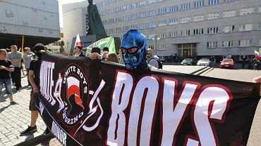 Prezydent Katowic nakazał swoim służbom rozwiązać w niedzielę 6 maja marsz narodowców, który wcześniej próbowali zablokować uczestnicy antyfaszystowskiej manifestacji. Doszło do przepychanek z policją.