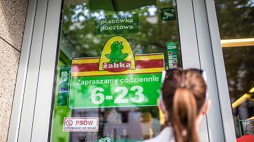 Niektóre przedsiębiorstwa próbują obejść ustawę o zakazie handlu w niedziele. Przykładem mogą być placówki pocztowe w sklepach Żabka.