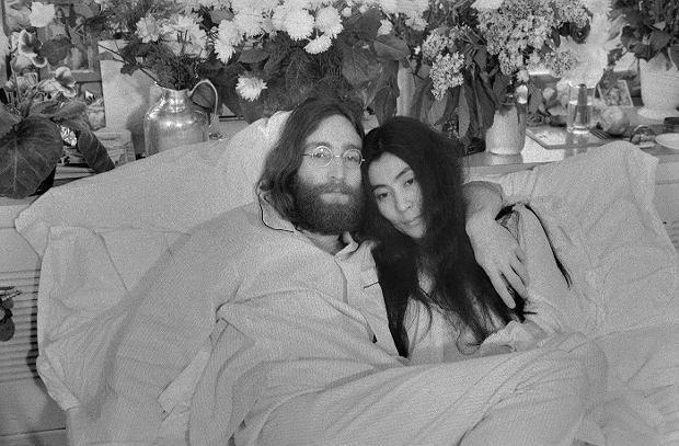 Jeżeli uważacie, że muzyczny sukces gwarantuje wyłącznie talent, jesteście w błędzie. To, czego potrzebują muzycy, by zapaść trwale w wyobraźnię słuchaczy jest odpowiedni marketingowy chwyt. Flavor Flav został zapamiętany dzięki ogromnym zegarkom, a znakiem firmowym Johna Lennona stały się okulary. Często jednak okazuje się, że gwiazdy zawdzięczają swój znak firmowy nie tyle zabiegom sztabu specjalistów od marketingu, co wyższej konieczności.