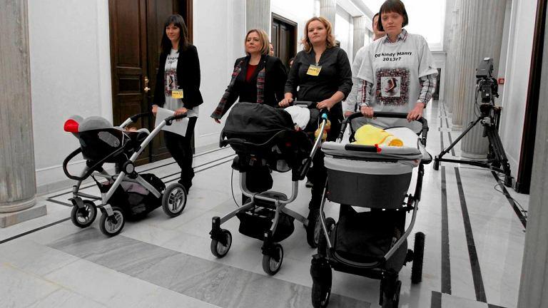 Matki I kwartału z marszałkinią Wandą Nowicką apelowały w Sejmie, by dłuższymi urlopami macierzyńskimi objąć także kobiety, które urodziły przed 18 marca