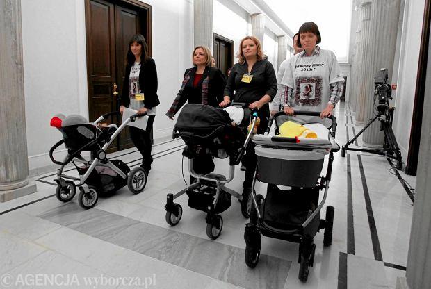 Matki I kwarta�u z marsza�kini� Wand� Nowick� apelowa�y w Sejmie, by d�u�szymi urlopami macierzy�skimi obj�� tak�e kobiety, kt�re urodzi�y przed 18 marca