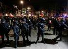 Kordon policyjny oddziela grup� demonstrant�w PEGIDA w Dre�nie