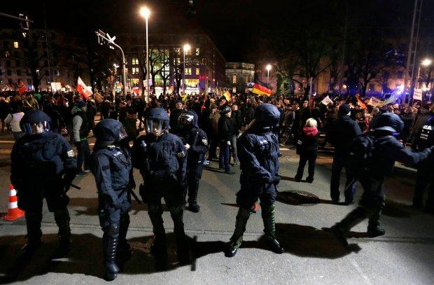 Kordon policyjny oddziela grupę demonstrantów PEGIDA w Dreźnie