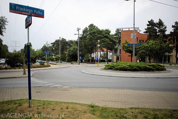 Obwodnica Warszawy. Z prawej strony ratusz Wesołej. Proponowana przez drogowców obwodnica biegłaby w pobliżu, skrajem lasu widocznego po lewej stronie na zbudowanym wysokim nasypie
