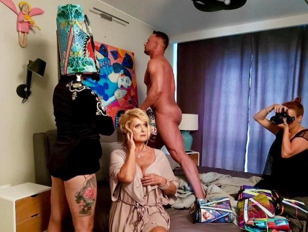 Zdjęcie numer 3 w galerii - Ewa Kasprzyk w erotycznej sesji z nagim mężczyzną. Na zdjęciach widać sporo szczegółów