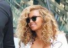 Beyonce chyba zapomnia�a, jak du�e s� jej piersi. Ods�oni�a je i �cisn�a. To cud, �e sukienka nie p�k�a!