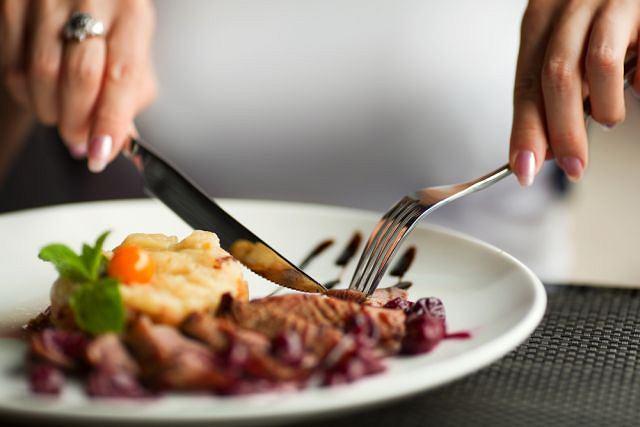 Jedzenie w restauracjach bywa kaloryczne. Naukowcy zbadali, jak w prosty sposób ograniczać wielkość porcji