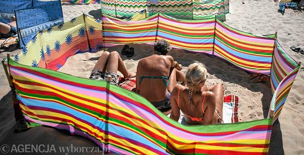 Burmistrz Darłowa podzieli plażę - dla fanów parawanów i tych, co ich nie lubią. Dobry pomysł?
