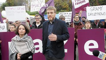 Członkowie partii Razem podczas konferencji prasowej w Warszawie 23 października 2015 r.