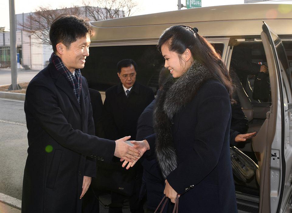 Hyon Song-wol, szefowa północnokoreańskiej grupy artystycznej, podczas wizyty w Seulu. Na zdjęciu wita się z południowokoreańskim ministrem ds. unifikacji Han Jong-wookiem. 21 stycznia 2018 r.