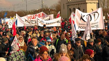 Antydemokratyczne praktyki rządzącego PiS sprowokowały społeczne protesty. Na zdjęciu: jedna z licznych demonstracji Komitetu Obrony Demokracji, Warszawa, 27 lutego 2016