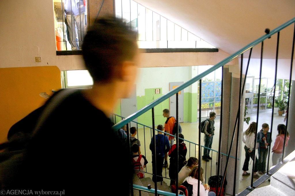 Podczas przerwy na szkolnym korytarzu jest bardzo głośno (fot. Marcin Tomalka / Agencja Gazeta / zdjęcie ilustracyjne)