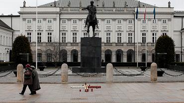 Krakowskie Przedmieście. 46 proc. ankietowanych opowiada się za powstaniem na Krakowskim Przedmieściu jednego pomnika upamiętniającego ofiary katastrofy smoleńskiej