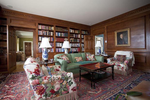 Piękna dębowa biblioteka