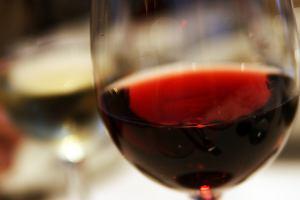 Czerwone wino źródłem kobiecej płodności? Już jeden kieliszek może zwiększyć szansę na potmostwo
