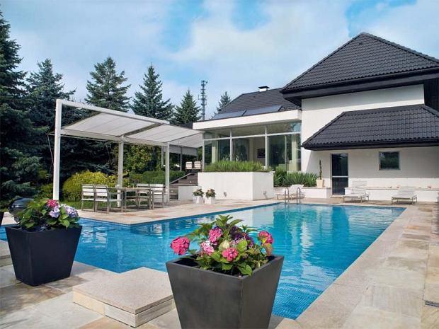 Basen w ogrodzie. Ulubione miejsce domownik�w w upalne dni. Wok� basenu ok�adzina z �upka brazylijskiego, na dachu domu baterie s�oneczne podgrzewaj�ce wod� w basenie