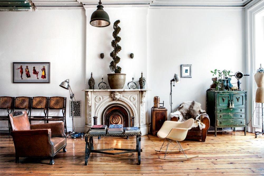 W salonie poety Carla Hancocka Ruxa rzadko pojawia si� mebel o metryce mniej imponuj�cej ni� 50 lat. Nawet niewygl�daj�cy na swoje lata bujany fotel Ray i Charlesa Eames�w jest ju� po sze��dziesi�tce.