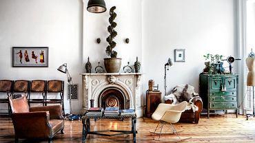 W salonie poety Carla Hancocka Ruxa rzadko pojawia się mebel o metryce mniej imponującej niż 50 lat. Nawet niewyglądający na swoje lata bujany fotel Ray i Charlesa Eamesów jest już po sześćdziesiątce.