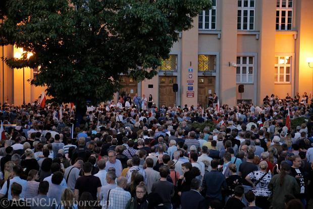 Zdjęcie numer 49 w galerii - Tłumy przed Sądem Okręgowym w Łodzi. Kolejny dzień protestów przeciwko zmianom PiS w sądownictwie [ZDJĘCIA]