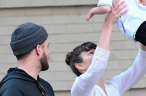 Silas Timberlake to chłopiec z charakterem. Na spacerze nie daje rodzicom chwili wytchnienia!