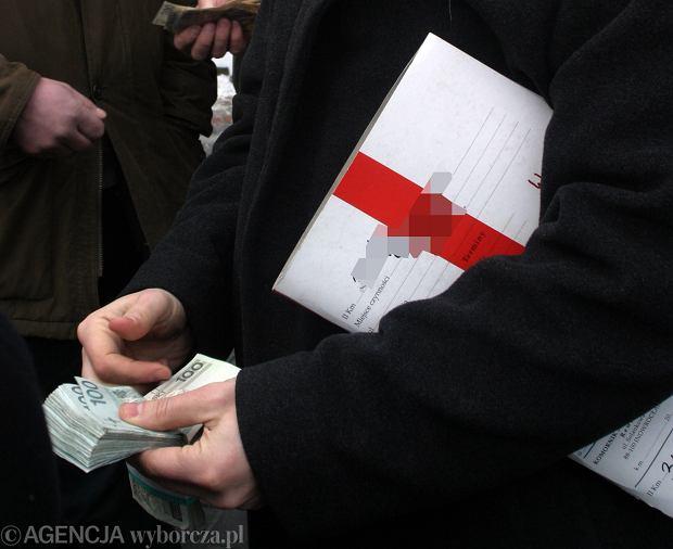 Pan Andrzej kupi� dzia�k�. Wp�aci� prawie p� miliona z�otych i... dzia�ki nie ma, a pieni�dzy nie mo�e odzyska�. ''Niedopatrzenie komornika''