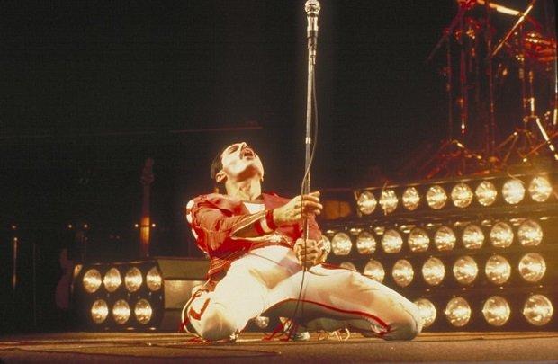 Zespół legenda, który nie potrzebuje specjalnej zapowiedzi. Zwłaszcza w takim dniu. 25 lat temu pożegnaliśmy wokalistę, bez którego żaden fan muzyki nie wyobraża sobie formacji Queen. Przypomnijmy sobie ich najpopularniejsze kawałki, za które pokochaliśmy Freddiego Mercury'ego.